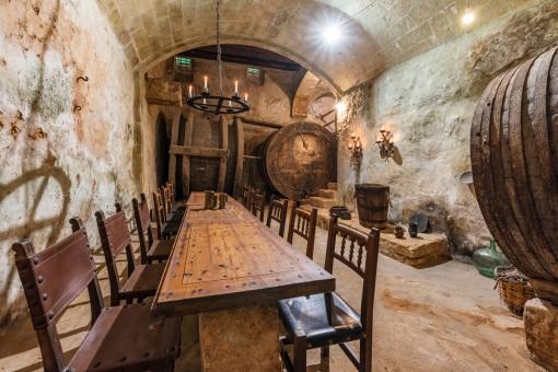 Weinkeller mit großen Weinfässern und Tafel