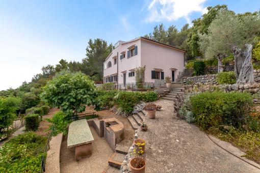 Haus umgeben von Terrassen und Natur