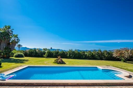 Pool mit Blick zum Gebirge