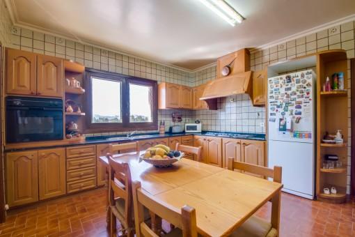 Holzküche mit Essbereich