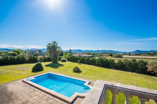 Blick über den Garten und Pool
