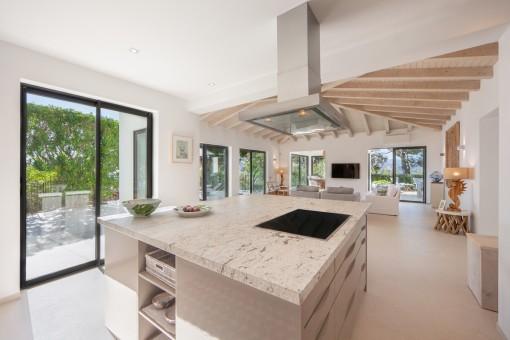 Schöne Küche mit Kochinsel
