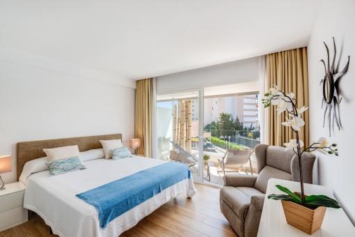 Schönes Schlafzimmer mit Balkon