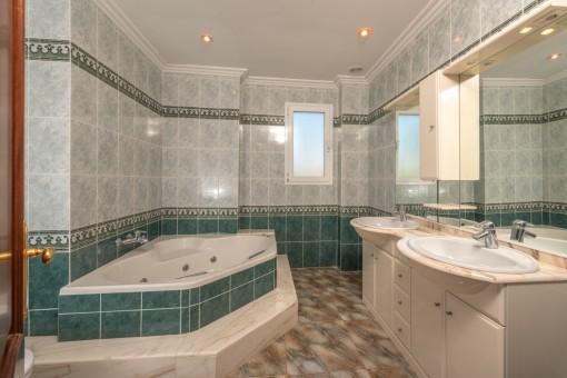 Badezimmer mit eckiger Badewanne