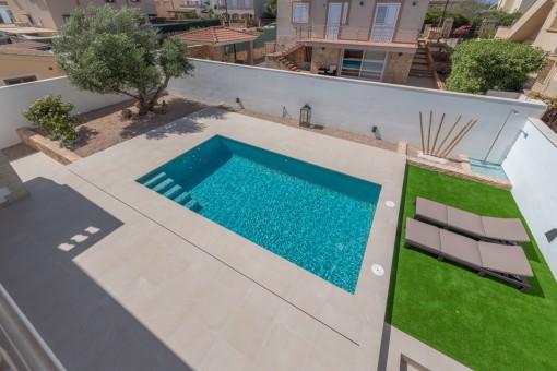 Sonniger Pool- und Gartenbereich