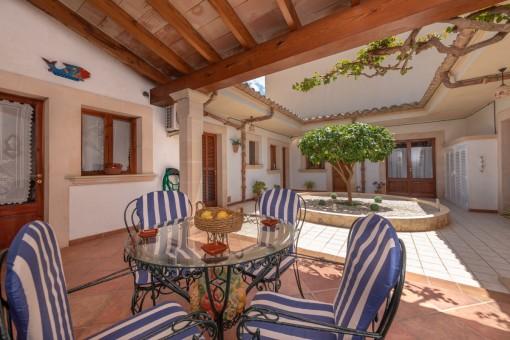 Charmanter Patio mit überdachter Terrasse