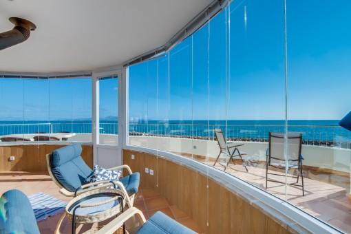 Verglaster Wohnbereich mit Meerblick