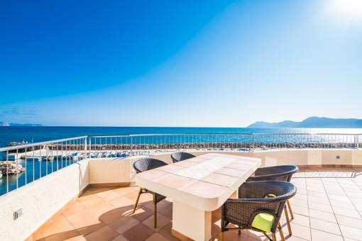 Penthouse mit grandiosem Ausblick in 1. Meereslinie mit Ferienvermietlizenz in Son Serra de Marina