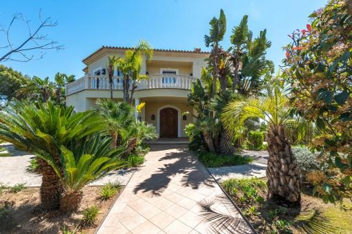 Zugang zum Haus und mediterraner Garten