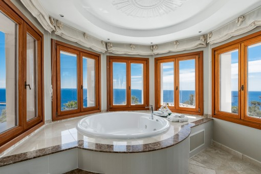 Luxuriöses Meerblick-Badezimmer
