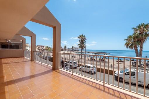 Großer Balkon mit Strandblick