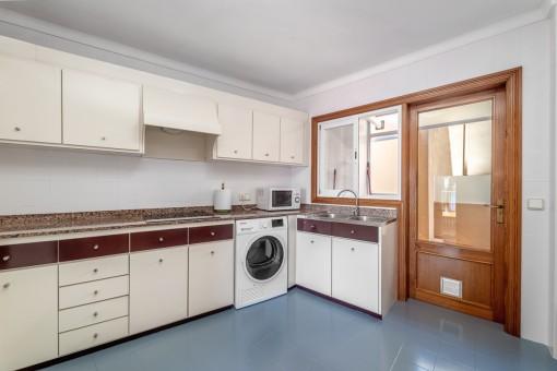 Küche mit Hauswirtschaftsraum