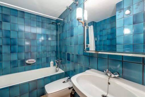 Zweites Badezimmer mit Wanne