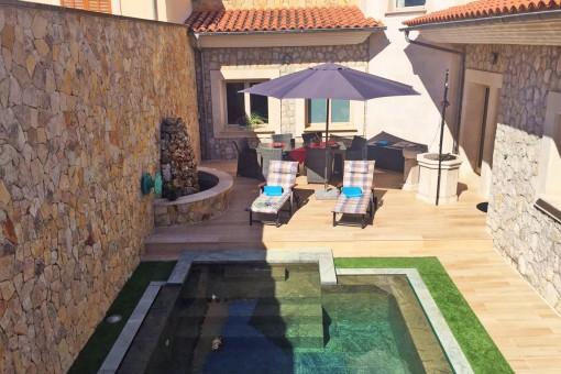 Noble Stadtvilla mit Herrenhauscharakter in Dorfrandlage von Sa Pobla mit Swimmingpool und allerbesten Bauqualitäten