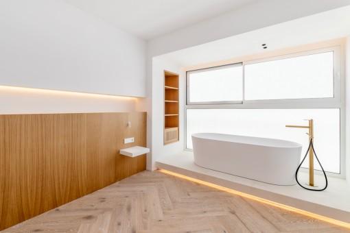 Schlafzimmer mit eleganter Badewanne