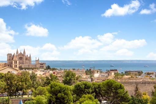 Beeindruckender Blick auf die Kathedrale und das Meer