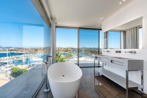 Luxus-Badezimmer mit Hafenblick