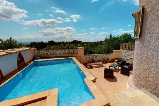 Swimmingpool und Sonnenterrasse