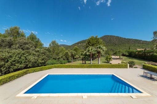 Pool mit Blick auf die Berge