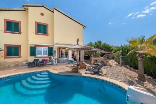 Moderne, geräumige Doppelhaushälfte mit Garten und Pool in Porto Cristo Novo