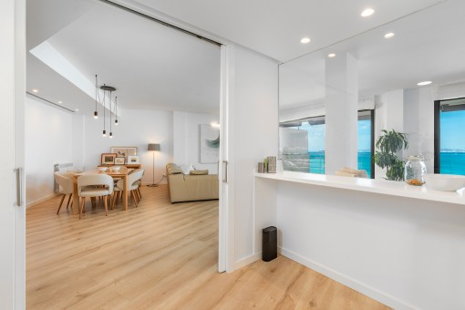 Essbereich und half-offene Küche