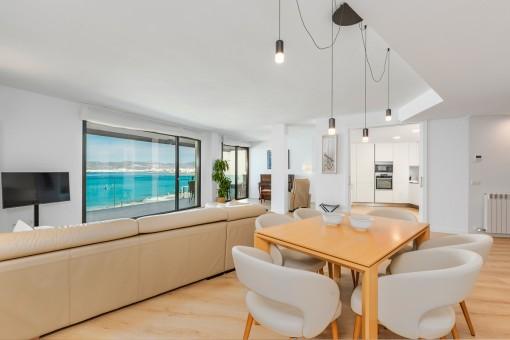 Moderner Wohnbereich mit Meerblick