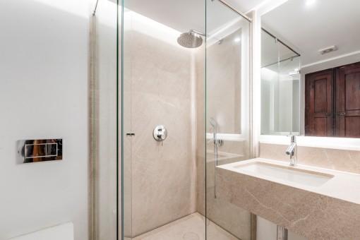 Eines von 3 modernen Badezimmern