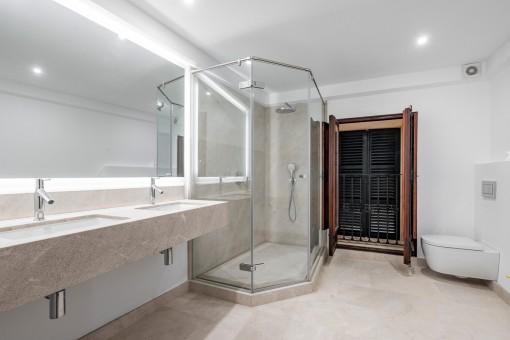 Großes Duschbadezimmer