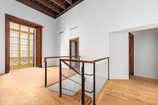 Raum für den Essbereich und Treppe zur unteren Ebene