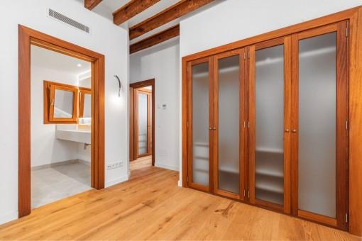 Schlafzimmer mit Bad en Suite und Ankleide