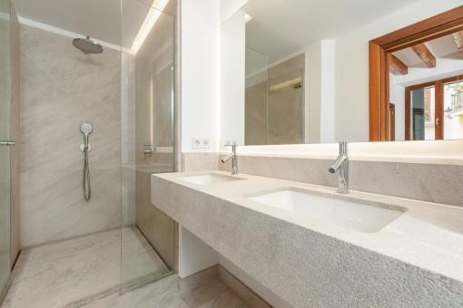 Eines von 3 modernen Badezimmer