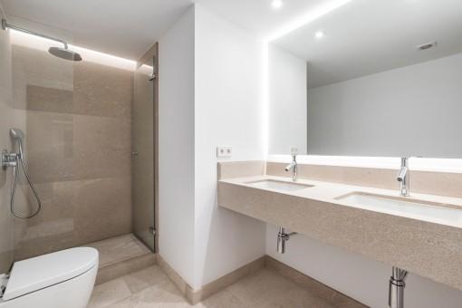 Zweites modernes Badezimmer