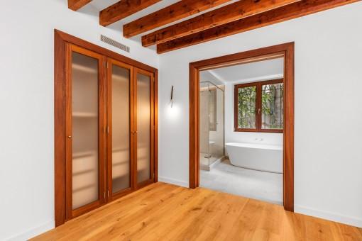 Schönes Schlafzimmer mit Holzbalkendecke