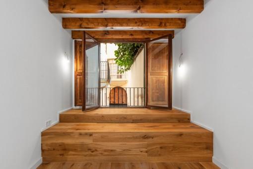 Holzfenster mit Blick in den Hauptpatio