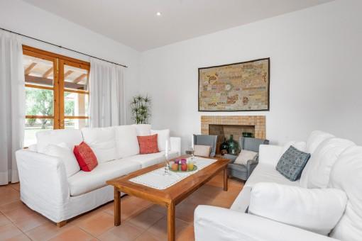 Komfortabler Wohnbereich mit Kamin