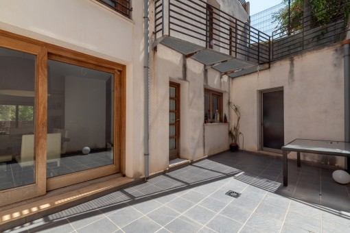 Kleiner patio im Erdgeschoss