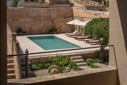 Blick auf den noblen Poolbereich