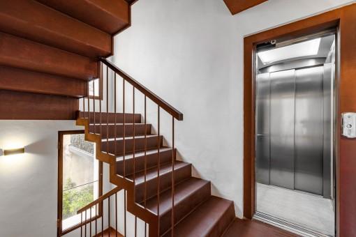 Treppe oder Aufzug zur oberen Ebene