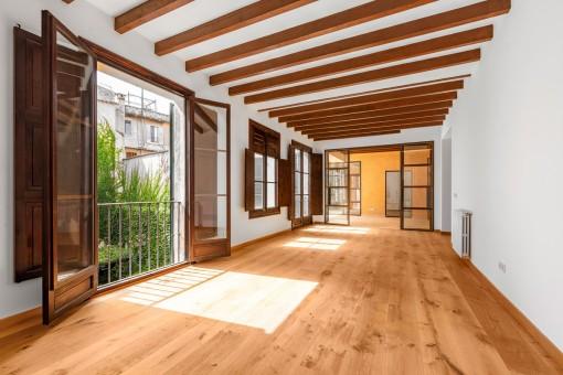 Zweiter Wohnbereich mit Holzdeckenbalken