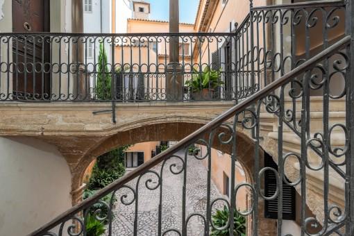 Majestätischer Treppenaufgang zur Wohnung
