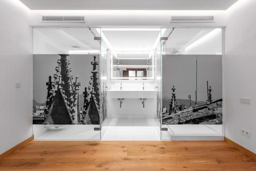 Eines von 4 eleganten Badezimmern