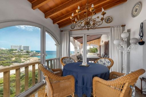Separate Essbereiche auf dem Balkon