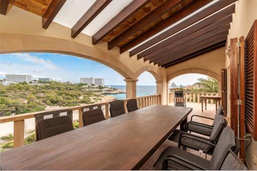 Essbereich mit Meerblick auf dem Balkon