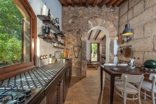 Küche mit schöner Natursteinwand