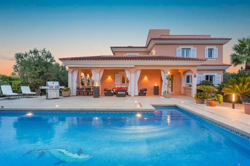 Pool und Terrasse am Abend