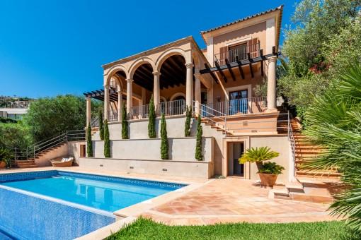 Außenansicht der Villa im neoklassischen Stil