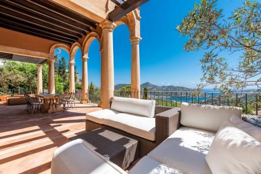 Mediterrane Terrasse mit Loungebereich