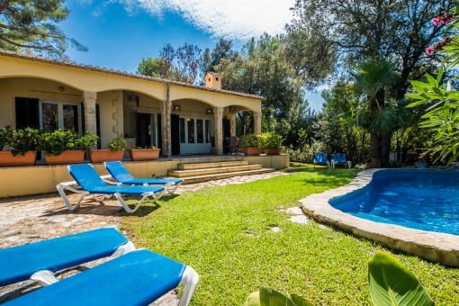 Poolbereich und Sonnenwiese