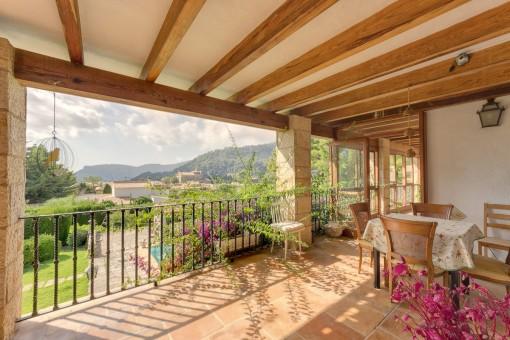 Überdachte Terrasse mit Ausblick