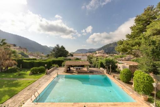 Wundevoller Blick auf den Pool und das Dorf